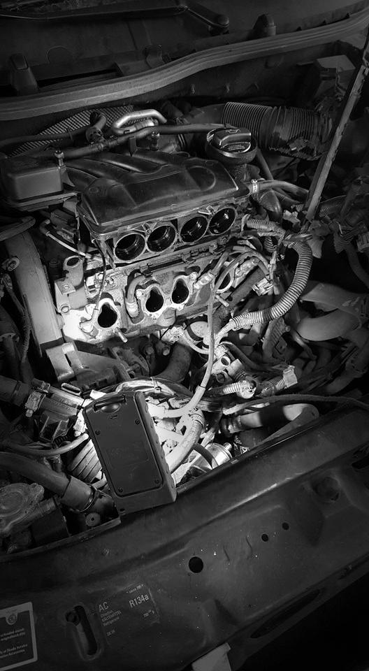 Prikaz unutrašnjosti motora unutar automobila.